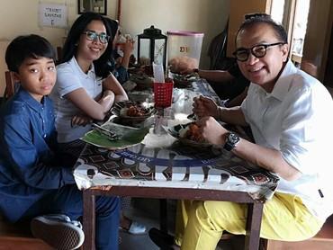 Tak lupa dengan akarnya, begitu mengunjungi Indonesia, Tantowi mengajak si bungsu makan di sebuah rumah makan tradisional. (Foto: Instagram @tantowiyahyaofficial)