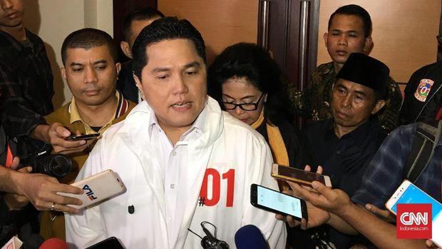 Ketua TKN Erick Thohir memberikan keterangan kepada wartawan di sela rapat konsolidasi H-30 jelang pilpres di Hotel Borobudur, Jakarta, Minggu (17/3)