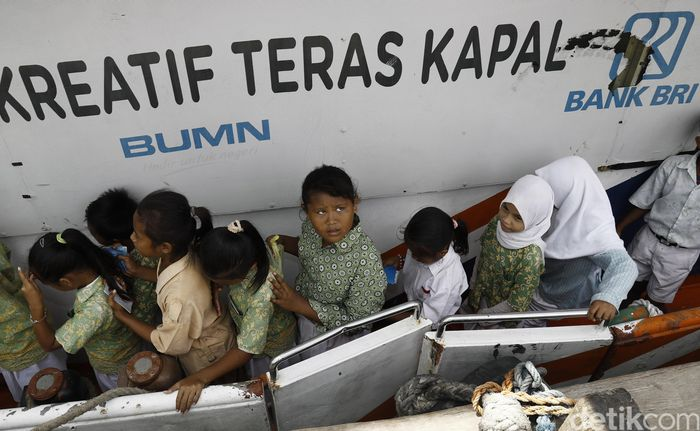 Mereka antre dengan tertib dan masih mengenakan seragam sekolah masing-masing. Kehadiran mereka secara berramai-ramai mendatangi bank apung usai pulang sekolah untuk menabung di Kapal Bahtera Seva BRI II yang bersandar seminggu sekali di Pulau Komodo.