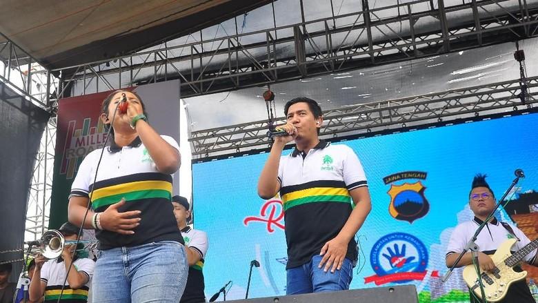 Personel band Souljah saat tampil di depan kantor Pendapa Pemkab Kudus (Akrom/detikcom)