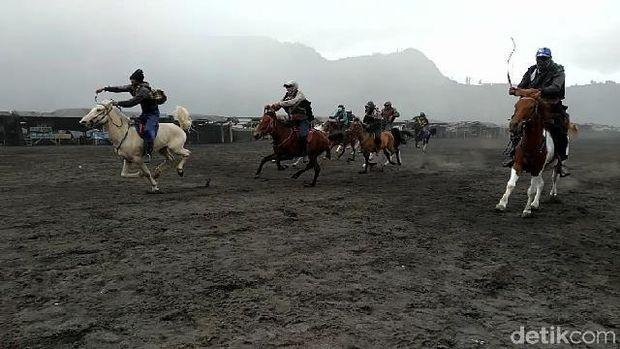 Para ojek kuda yang ikut balapan