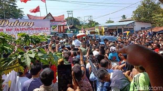 Usai Resmikan Terminal-Dermaga Pelabuhan Sibolga, Jokowi Temui Warga