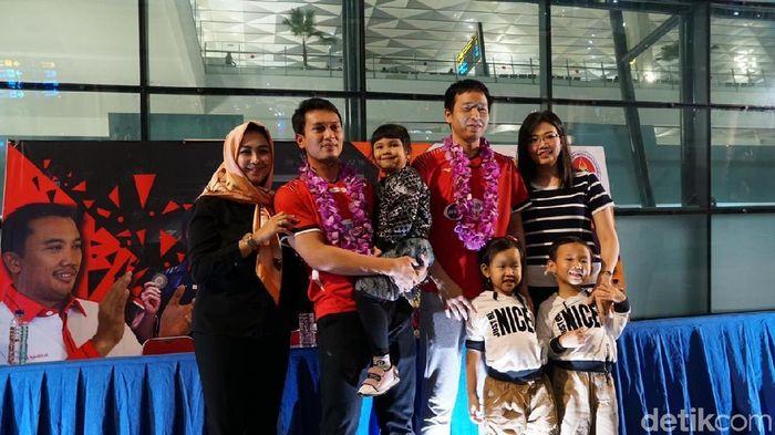 Hendra Setiawan/Mohammad Ahsan disambut keluarga saat tiba di Jakarta.  (Femi Diah/detikSport)