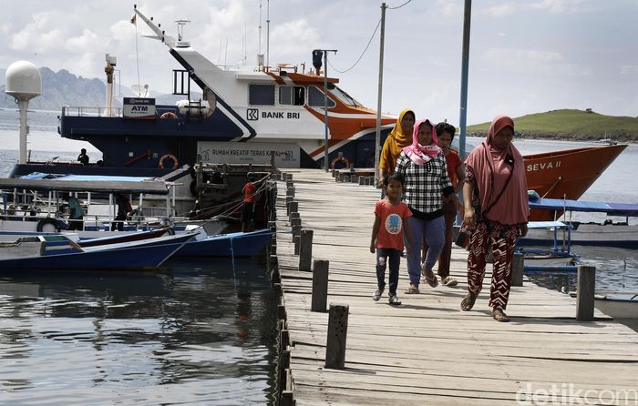 Serombongan ibu-ibu meninggalkan Kapal Bahtera Seva BRI II usai melakukan transaksi di Pulau Komodo. Teras BRI Kapal Bahtera Seva II hadir untuk melayani masyarakat di Labuan Bajo dan pulau-pulau terdekat untuk menabung.
