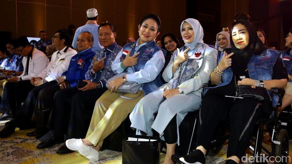 Gaya Titiek Soeharto Pakai Jaket Bomber karya Didit, Kompak dengan Prabowo