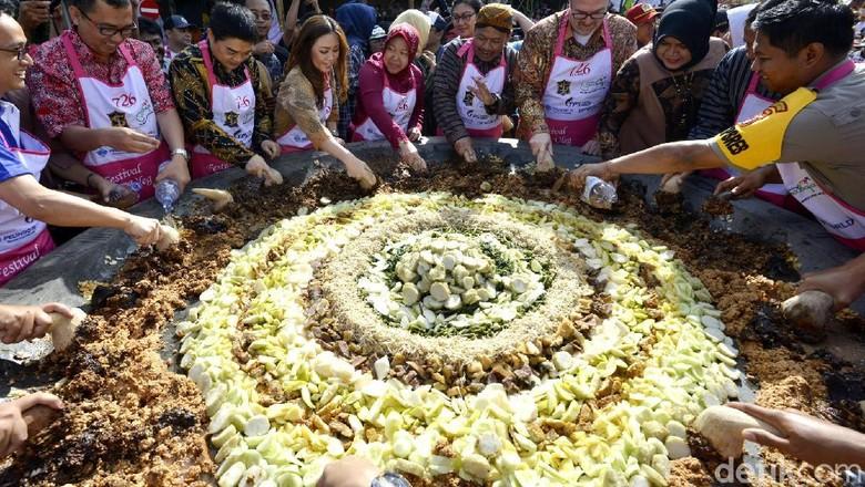 Seru Banget! Begini Meriahnya Festival Rujak Ulek di Surabaya
