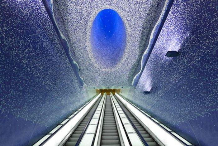 Stasiun Toledo, Italia, memiliki desain berupa proyeksi panel cahaya yang membuat para pengunjung merasa berjalan di planet eksotis. Istimewa/interestingengineering.com.