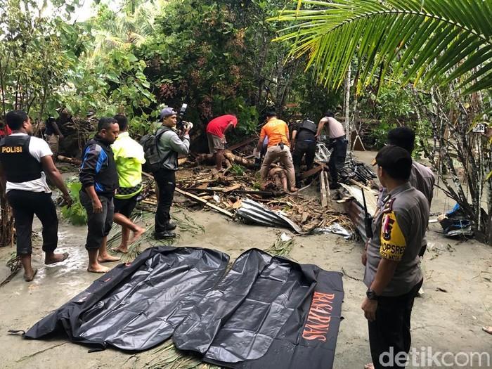 Foto: Proses evakuasi korban banjir bandang (Dok Polda Papua)
