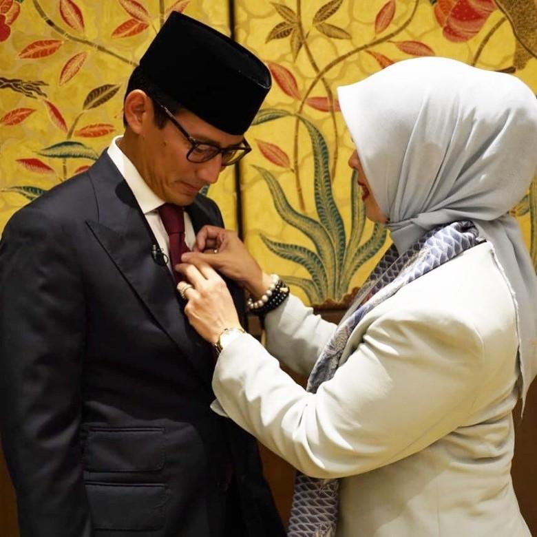 Momen Sandiaga Pakai Dasi Dibantu Istri: Doain Ya, Non