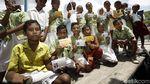 Puluhan Siswa SD Ini Antre Menabung di Bank Apung