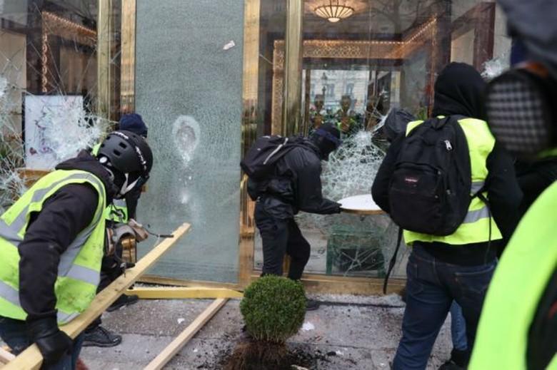 Rusuh! Massa Rompi Kuning Menjarah dan Membakar Toko Mewah Paris