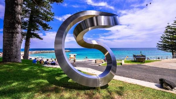 Yang paling populer di bulan Maret adalah Sculpture by The Sea - Cottesloe. Ini acara gratis terbesar di Perth yang mengubah Cottesloe Beach menjadi taman 70 patung dari para seniman di seluruh Australia dan dunia (Clyde Yee/Sculpture By The Sea)