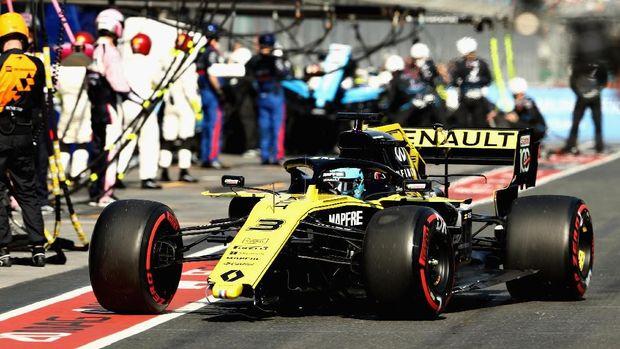 Daniel Ricciardo masuk pit karena sayap depannya patah