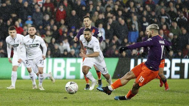 Sergio Aguero menyebut torehan empat gelar masih mungkin diraih Manchester City.