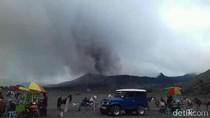 Gunung Bromo Sedang Erupsi, Wisatawan Asing Masih Antusias Datang