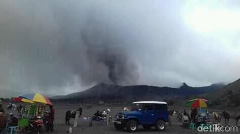 Gunung Bromo erupsi (Foto: M Rofiq/detikTravel)