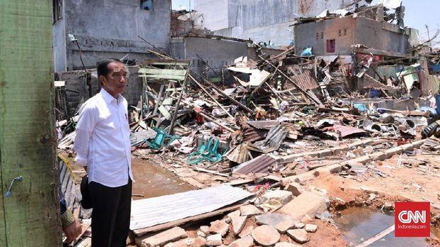 Presiden Jokowi mengunjungi lokasi ledakan bom dari rumah terduga teroris Husain alias Abu Hamzah, di Sibolga, Sumatera Utara, Minggu (17/3).