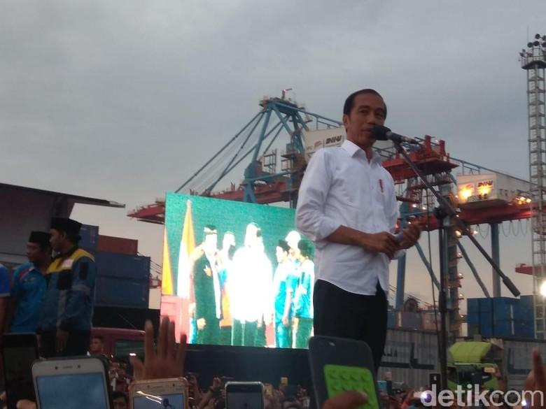 Foto: Presiden Jokowi melakukan sosialisasi keselamatan kerja kepada sopir truk di Jakarta Utara (Fida-detikcom).