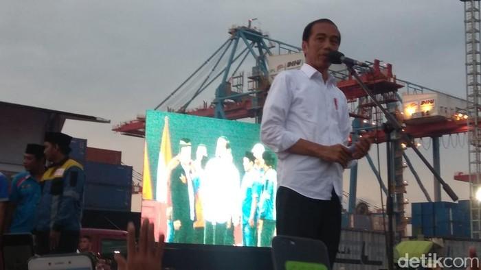 Presiden Jokowi melakukan sosialisasi keselamatan kerja kepada sopir truk di Jakarta Utara. (Fida/detikcom)