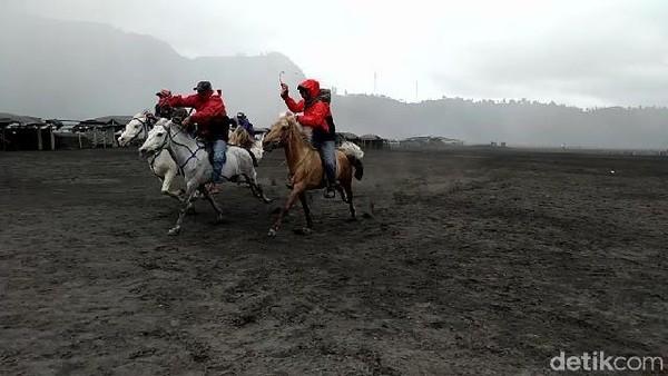 Untuk menghabiskan waktu, Kapolres Probolinggo, AKBP Eddwi Kurniyanto membuat pacuan kuda untuk para tukang ojek (M Rofiq/detikcom)