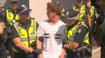 Detik-detik Egg Boy Kepruk Kepala Senator Australia yang Salahkan Muslim