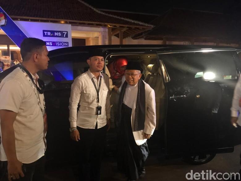 Maruf Amin turun dari Alphard tiba di lokasi debat cawapres. Foto: Arief Ikhsanudin/detikcom