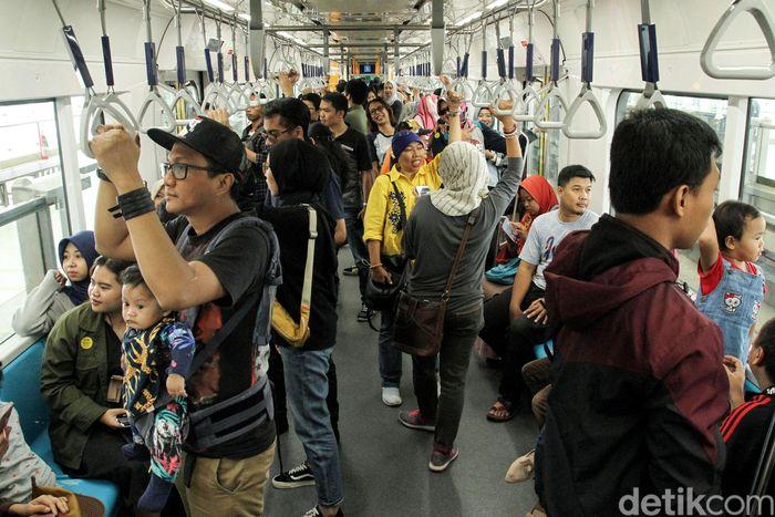 Begini potret ramainya penumpang yang menjajal moda raya terpadu (MRT) Jakarta, Minggu (17/3/2019).