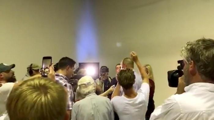 Penampakan Connolly (kaos putih) saat mengepruk kepala Anning (Foto: Dok. THE UNSHACKLED/via REUTERS)