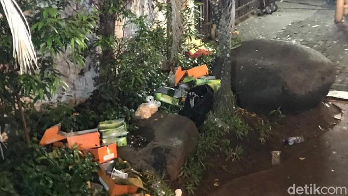 Tas mencurigakan di dekat pagar Rumah Aspirasi TKN Jokowi-Maruf Amin, Minggu (17/3/2019). (Roland/detikcom)