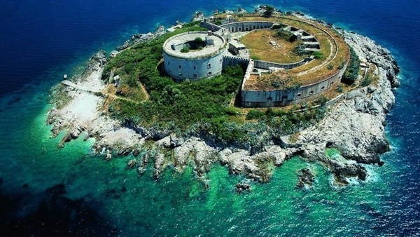 Untuk menarik wisatawan, Montenegro bahkan berani mengiklankan diri sebagai destinasi yang bebas dari Corona. Traveler bahka tidak harus isolasi mandiri selama 14 hari begitu sampai di negara ini. (OHM Mamula Montenegro)