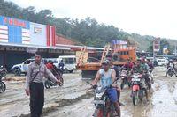Bersihkan Jalan dari Sisa Banjir Sentani, Alat Berat Dikerahkan