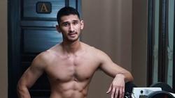 Model tampan Julius Ryan Karsten atau Jryan punya badan yang oke punya. Rahasianya adalah berolahraga memanfaatkan lingkungan sekitar. Cool!