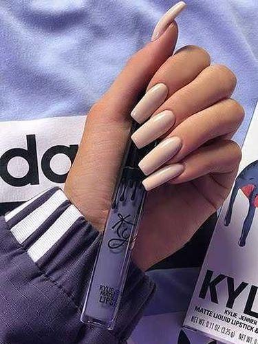 Kylie Jenner Rilis Koleksi Busana Adidas Terinspirasi dari Warna Lipstiknya