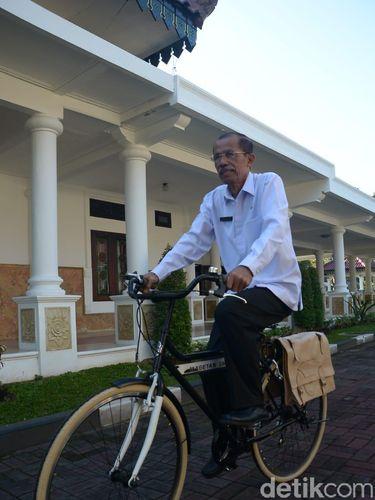 Bupati Magetan Suprowoto ke kantor dengan bersepeda