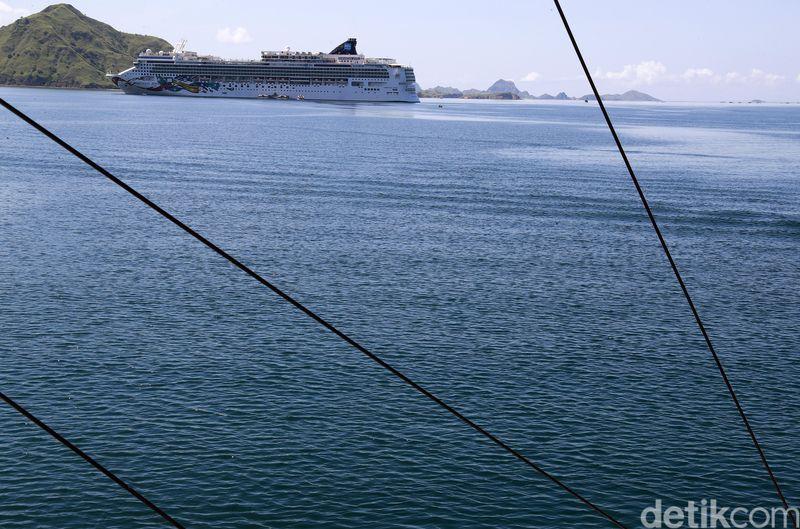 Ribuan turis diangkut menggunakan kapal pesiar Norwegian Jewel saat mengunjungi Pulau Komodo. Kapal pesiar ini jenis penjelajah dan memiliki pelabuhan asal di Nassau, Bahama (Dikhy Sasra/detikcom)