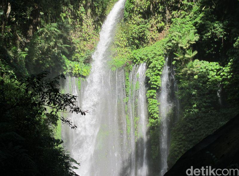 Pasca gempa pada Minggu (17/3) kemarin di Lombok, 40 wisatawan terjebak longsor di air terjun Tiu Kelep. 3 Orang tewas akibat terjepit batu, salah satunya adalah turis asal Malaysia (Afif Farhan/detikTravel)