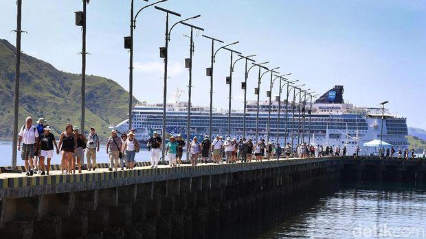 Turis yang tengah turun dari kapal pesiar