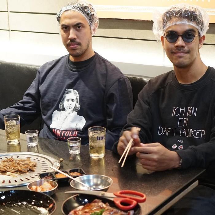 Randy bersama dengan saudara kandungnya terlihat kompak menikmati daging panggang bergaya Jepang. Foto: Instagram@randydanistha
