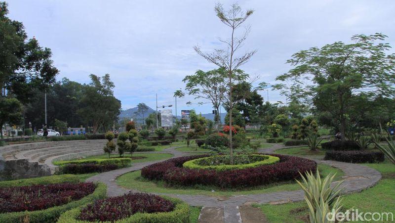 Inilah Taman Sabilulungan di depan Gedong Sabilulungan Pemkab Bandung, Jawa Barat. Di sekitar taman tersebut, Anda bisa duduk di kursi kayu dan beton yang disediakan (Wisma Putra/detikcom)