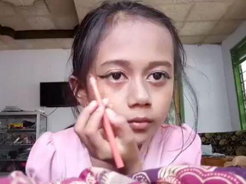 Gadis Cilik Ini Bikin Alis Pakai Sendok, Video Tutorialnya Jadi Viral