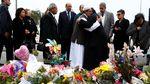 Imam Masjid dan Pastor Berpelukan Usai Penembakan di Selandia Baru