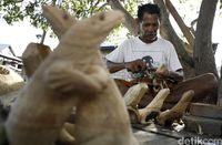 Pemahat patung komodo di Pulau Komodo