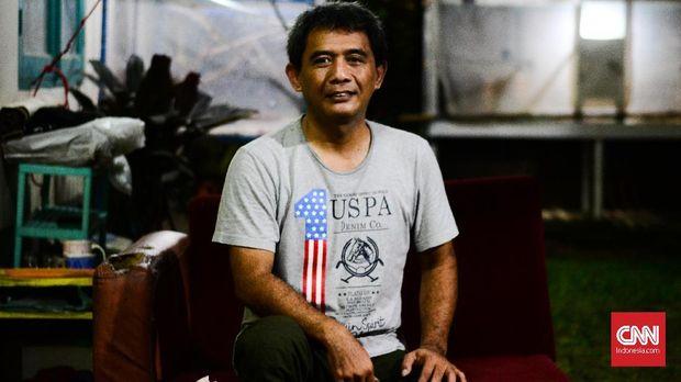 Kakak Nike Ardilla, Raden Alan Yudi mencari jenazah adik bungsunya itu pada 19 Maret 1995.