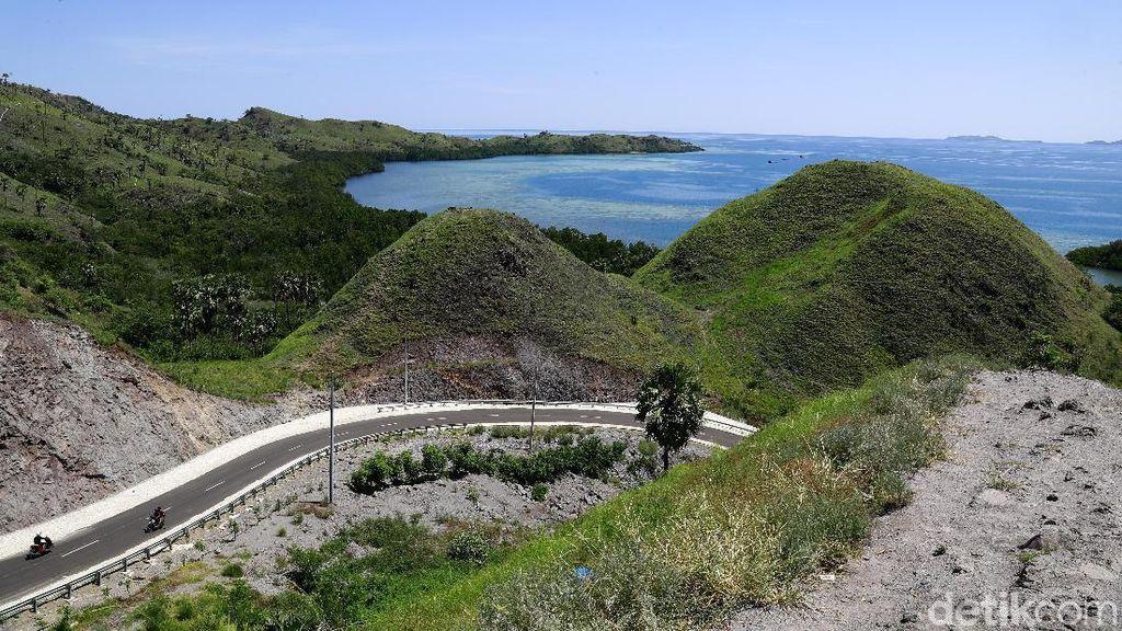 Aspal Mulus di Flores: Melintas Bukit Pinggir Laut Labuan Bajo