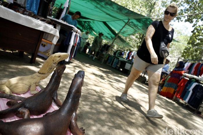 Keindahan dan keeksotisan Pulau Komodo di Nusa Tenggara Timur menarik banyak pengunjung untuk datang ke sana.