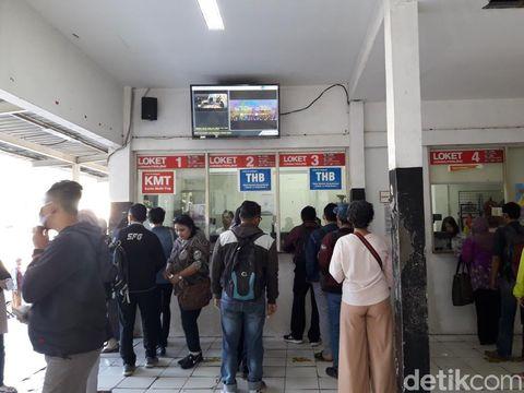 Penumpang KRL pesimistis program 'Senin Diongkosin' bisa mengurangi kemacetan di Bekasi