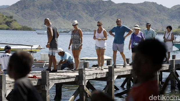 Penduduk lokal yang tengah menanti turis
