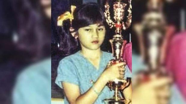 Nike Ardilla sering memenangkan penghargaan saat masih anak-anak.