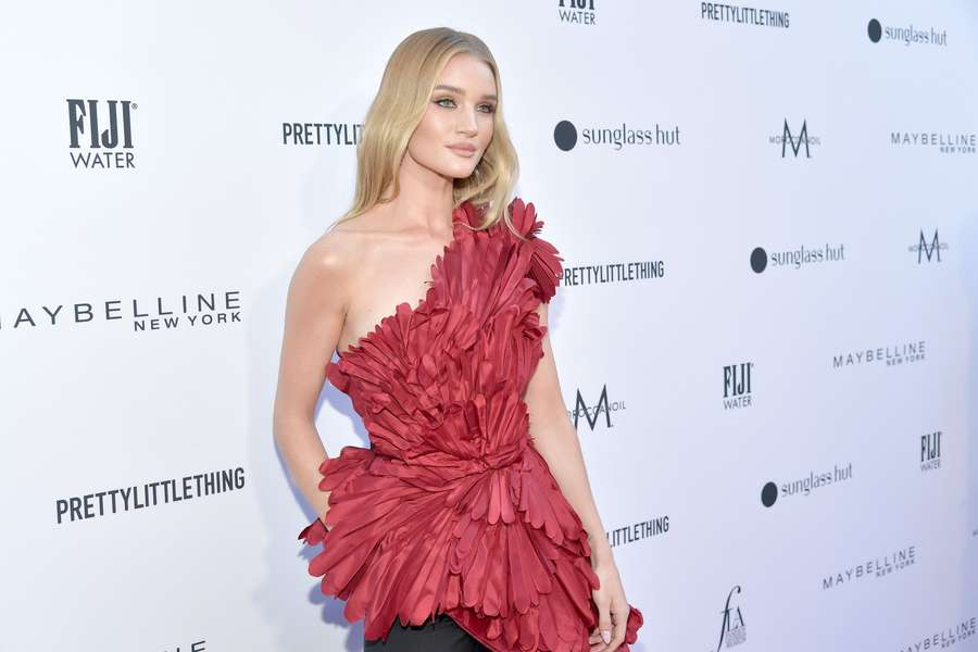 Standout! Penampilan Rosie Huntington-Whiteley dengan Dress Merah