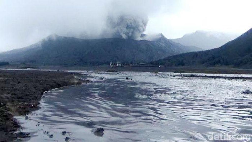 Limpasan Air Membelah Lautan Pasir Gunung Bromo